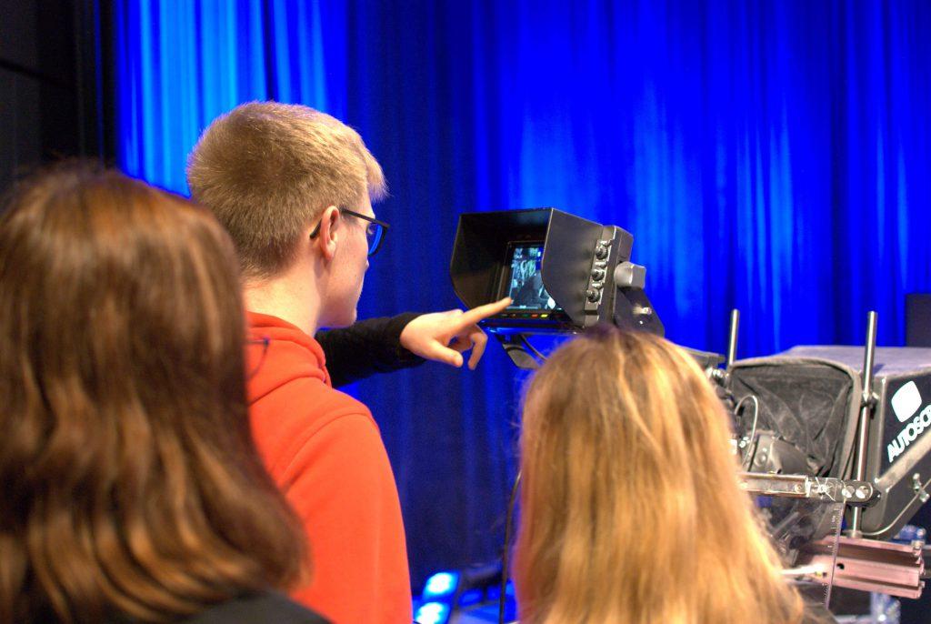 Studierende vor Kamera